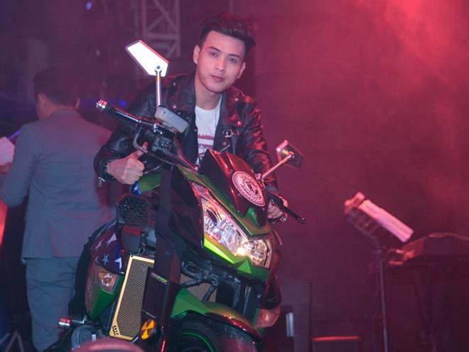 Ho Quang Hieu mang moto 500 trieu dong len san khau hinh anh