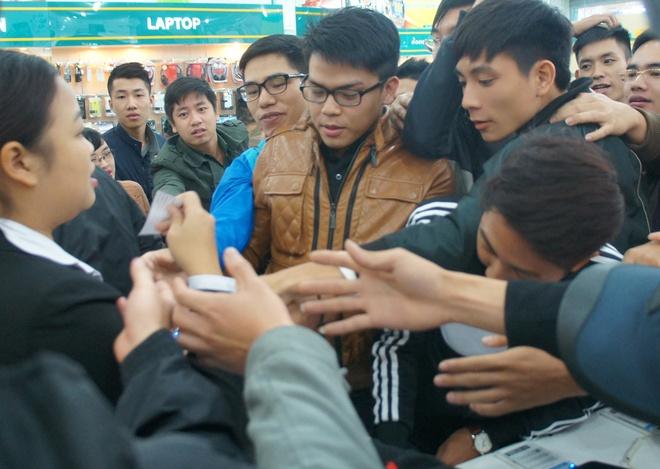 Chen chuc mua iPhone 5S chinh hang tai Ha Noi hinh anh