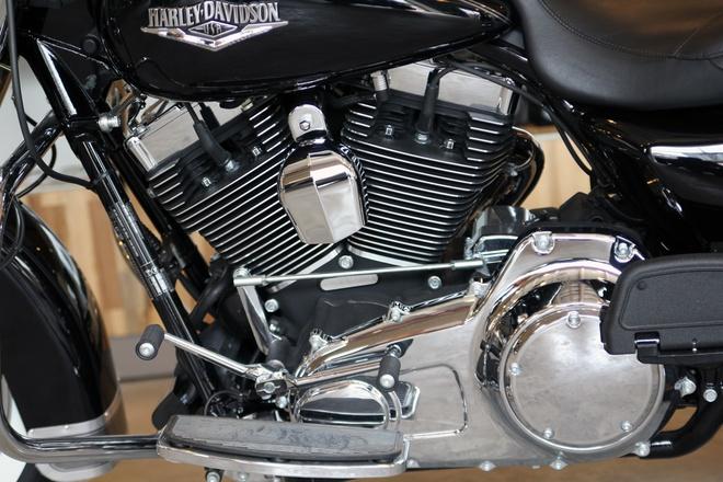Harley-Davidson Road King Classic 2014 gia gan 1 ty o VN hinh anh 7 Tay lái rộng hơn, kính chắn gió có thể tháo rời một cách nhanh chóng, hệ thống giảm xóc bằng khí nén có thể điều chỉnh và hệ thống kiểm soát hành trình được trang bị chọn thêm.