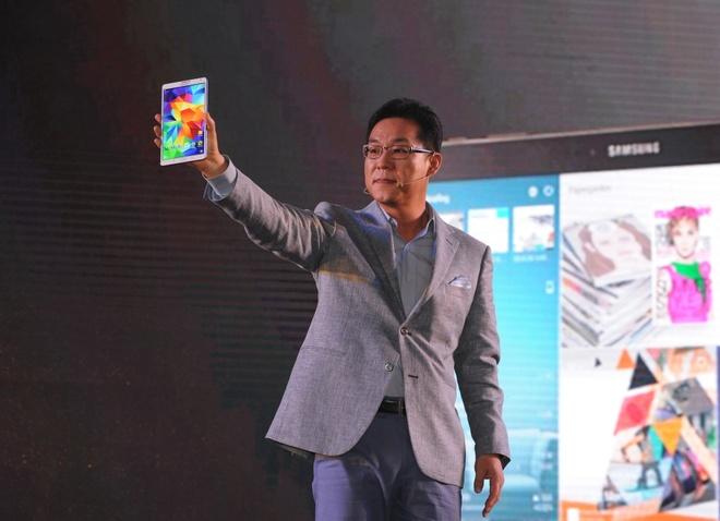 Samsung mang thach thuc lon nhat cua iPad den VN hinh anh 1 Tổng Giám đốc Samsung Việt Nam, ông Kim Cheol Gi và chiếc tablet mới.
