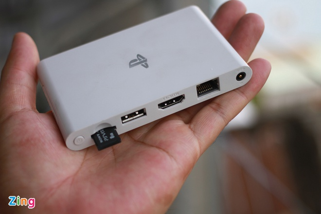 Danh gia nhanh may choi game Sony PS Vita TV moi ban o VN hinh anh 2 Các cổng giao tiếp chính nằm gọn ở mặt trước.