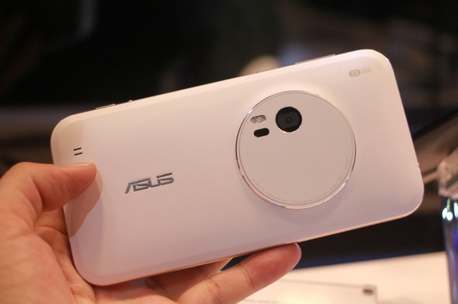 Mo hinh Asus Zenfone Zoom trung bay o MWC 2015 hinh anh