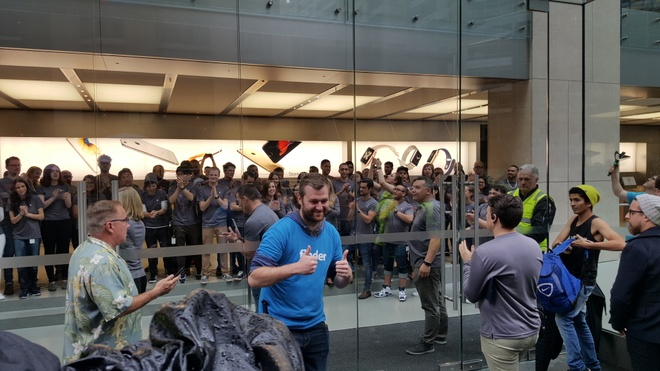 Apple Store lon nhat Sydney mo cua ban iPhone hinh anh