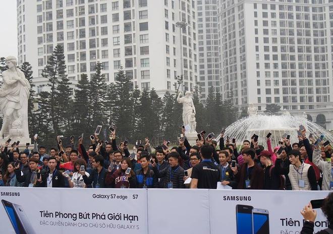 Galaxy S7 edge mau bac 'chay hang' o Viet Nam hinh anh 13