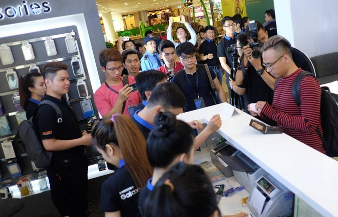 Galaxy S7 edge mau bac 'chay hang' o Viet Nam hinh anh 9