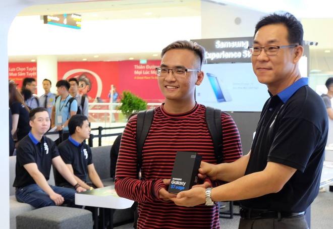 Galaxy S7 edge mau bac 'chay hang' o Viet Nam hinh anh 10