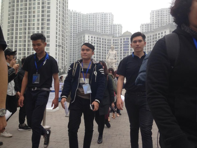 Galaxy S7 edge mau bac 'chay hang' o Viet Nam hinh anh 11