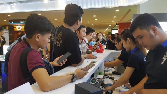 Galaxy S7 edge mau bac 'chay hang' o Viet Nam hinh anh 12