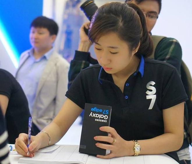 Galaxy S7 edge mau bac 'chay hang' o Viet Nam hinh anh 14