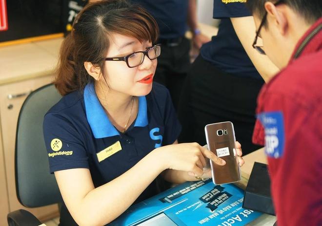 Galaxy S7 edge mau bac 'chay hang' o Viet Nam hinh anh 16
