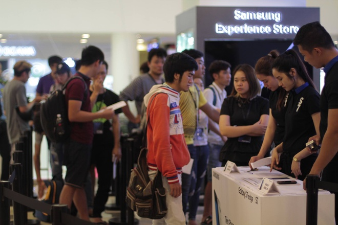 Galaxy S7 edge mau bac 'chay hang' o Viet Nam hinh anh 17