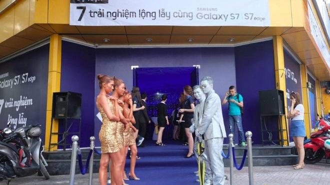 Galaxy S7 edge mau bac 'chay hang' o Viet Nam hinh anh 20