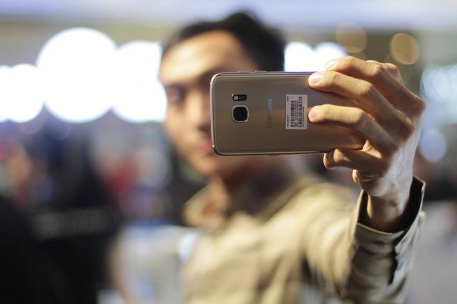 Galaxy S7 edge mau bac 'chay hang' o Viet Nam hinh anh 21