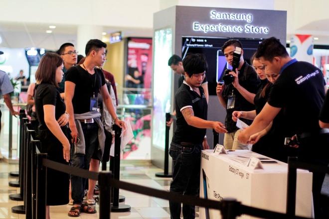 Galaxy S7 edge mau bac 'chay hang' o Viet Nam hinh anh 22
