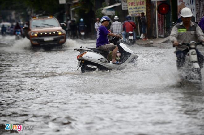 Người Sài Gòn bất lực giữa mênh mông nước sau trận mưa lịch sử