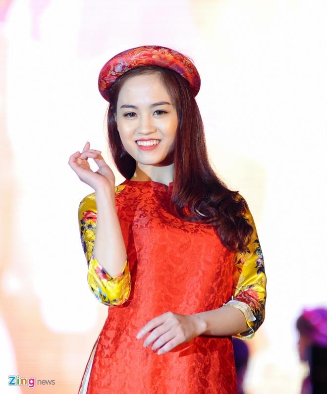 Nu sinh Tai chinh khoe dang chuan trong trang phuc the thao hinh anh 3
