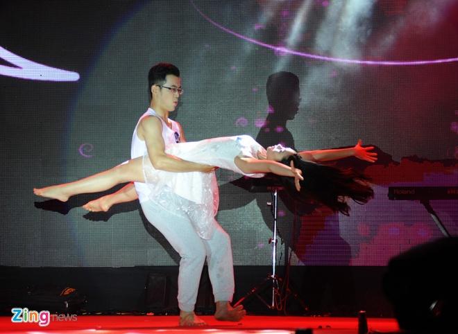 Nu sinh Tai chinh khoe dang chuan trong trang phuc the thao hinh anh 4
