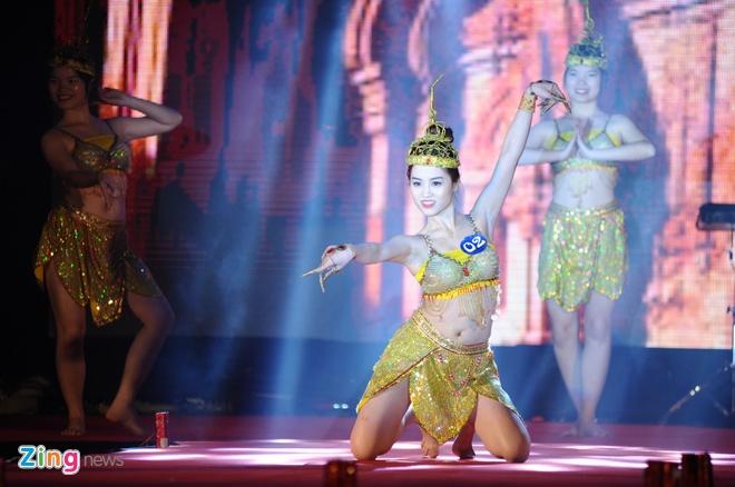 Nu sinh Tai chinh khoe dang chuan trong trang phuc the thao hinh anh 5