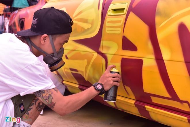 Ngay hoi ve graffiti tren oto the thao, xe vespa tai Ha Noi hinh anh