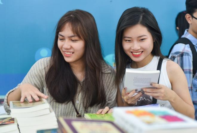 Hang nghin nguoi tham du hoi cho sach Quoc te Viet Nam 2017 hinh anh
