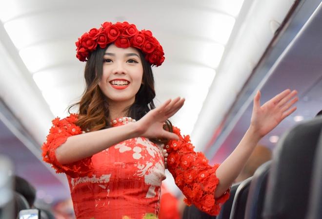 Tiep vien AirAsia hoa dancer tren chuyen bay Ha Noi - Kuala Lumpur hinh anh