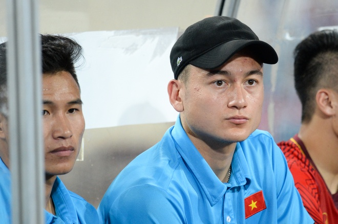 Van Lam buon ba nhin dong doi an mung chuc vo dich hinh anh