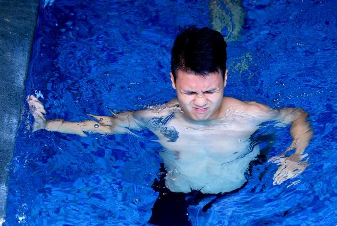 Cau thu Olympic Viet Nam khoe co bung 6 mui, dua nghich o be boi hinh anh