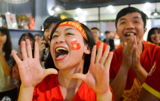 Fan Việt vỡ òa trước bàn thắng của Anh Đức