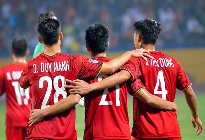 Bui Tien Dung om Dinh Trong, Duy Manh sau lan dau thi dau tai AFF Cup hinh anh