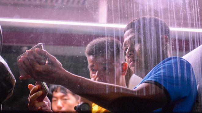 Thay tro HLV Park Hang-seo xem tran Thai Lan va Malaysia ngay tren oto hinh anh