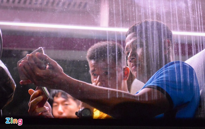 Thay tro HLV Park Hang-seo xem tran Thai Lan va Malaysia ngay tren oto hinh anh 2