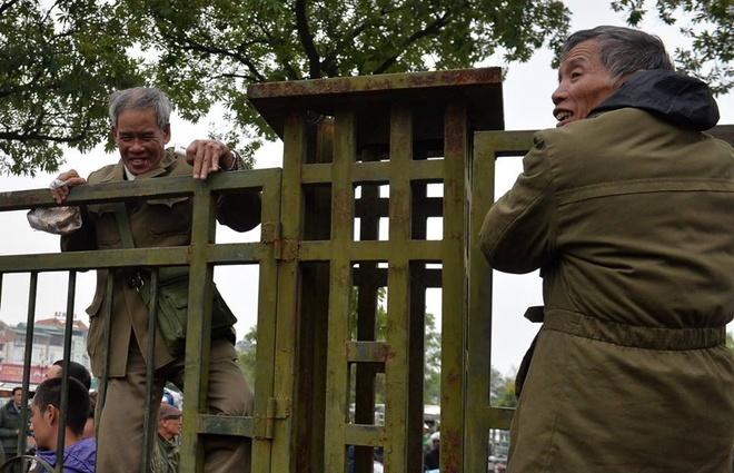 Thuong binh tranh nhau mua ve chung ket AFF Cup, 2 nguoi ngat xiu hinh anh