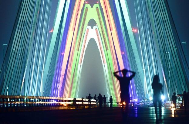 Người dân đi bộ chiêm ngưỡng cầu Nhật Tân trước khi cây cầu khánh thành. Ảnh: Anh Tuấn.
