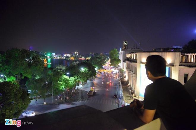 Góc view tuyệt đẹp từ Tràng Tiền Plaza, khách phải dùng bữa sang trọng và đắt tiền mới có chỗ.