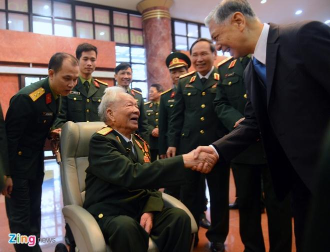Dai tuong Ngo Xuan Lich: 'Khong de roi vao bay cua nuoc lon' hinh anh 2