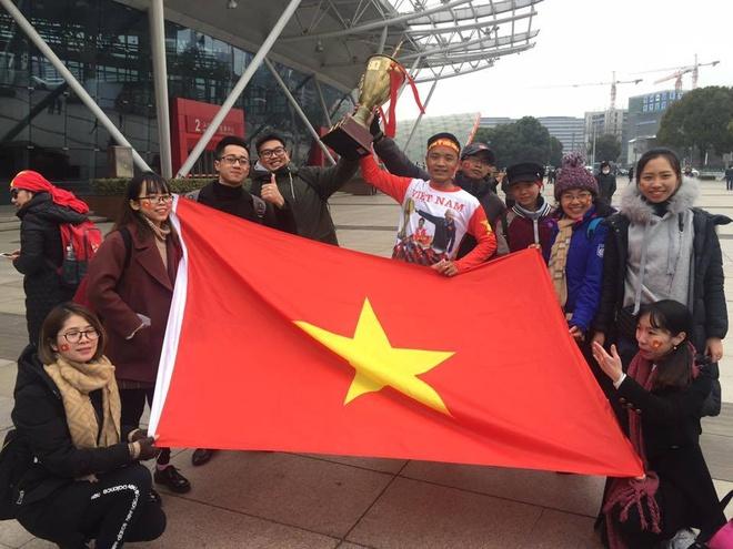 Nguoi ham mo om nhau nhay mua khi U23 Viet Nam danh bai U23 Qatar hinh anh 39