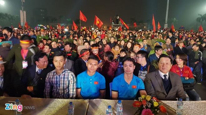 Cong Phuong mac ao coc tay trong le vinh danh duoi mua ret 13 do C hinh anh 50