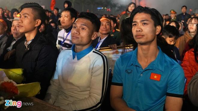 Cong Phuong mac ao coc tay trong le vinh danh duoi mua ret 13 do C hinh anh 55
