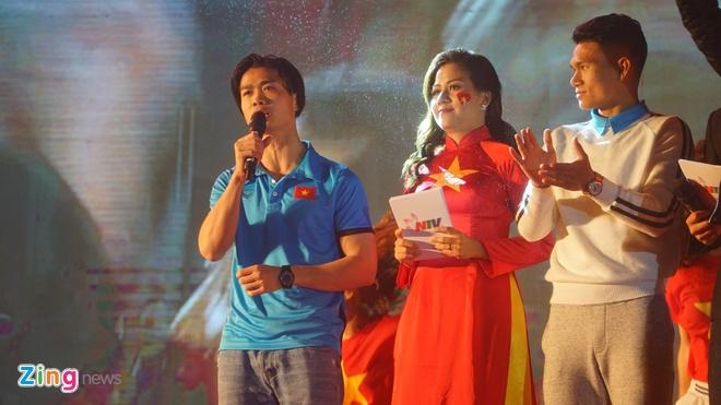 Cong Phuong mac ao coc tay trong le vinh danh duoi mua ret 13 do C hinh anh 56