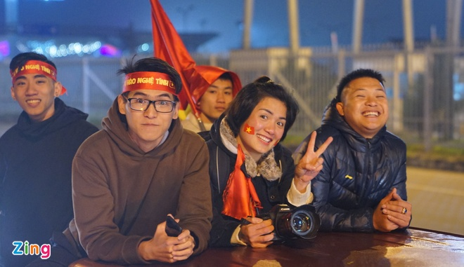 Cong Phuong mac ao coc tay trong le vinh danh duoi mua ret 13 do C hinh anh 58
