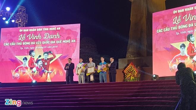 Cong Phuong mac ao coc tay trong le vinh danh duoi mua ret 13 do C hinh anh 53