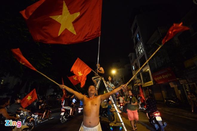 Bien nguoi ra duong xuyen dem mung chien thang cua Olympic Viet Nam hinh anh 31