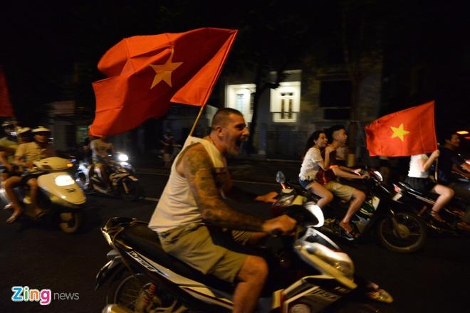 Bien nguoi ra duong xuyen dem mung chien thang cua Olympic Viet Nam hinh anh 32