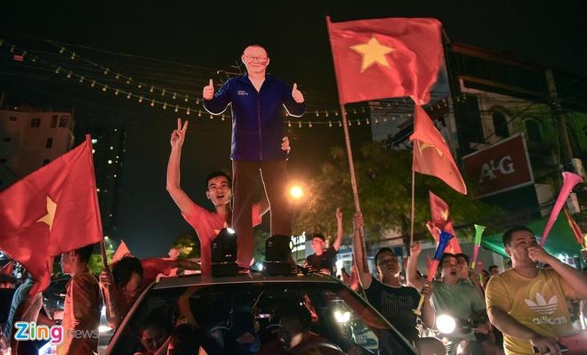 Bien nguoi ra duong xuyen dem mung chien thang cua Olympic Viet Nam hinh anh 25