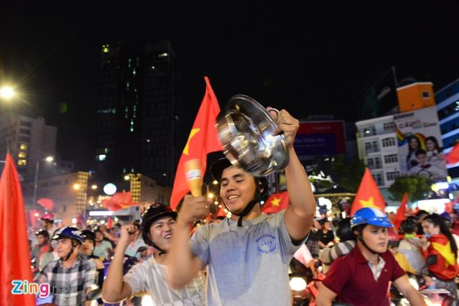 Bien nguoi ra duong xuyen dem mung chien thang cua Olympic Viet Nam hinh anh 19