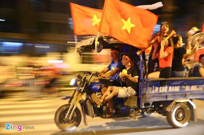 Bien nguoi ra duong xuyen dem mung chien thang cua Olympic Viet Nam hinh anh 40