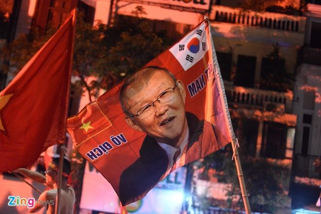 Bien nguoi ra duong xuyen dem mung chien thang cua Olympic Viet Nam hinh anh 26