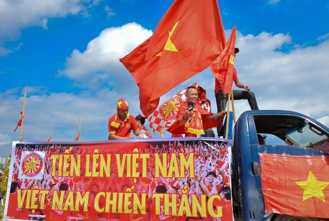 Sai Gon - Ha Noi tung bung truoc chien thang 2-0 cua tuyen Viet Nam hinh anh 3