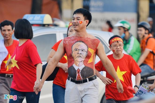 Sai Gon - Ha Noi tung bung truoc chien thang 2-0 cua tuyen Viet Nam hinh anh 16