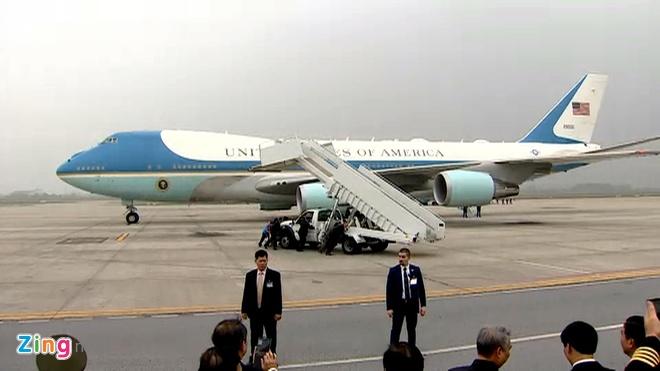 Tong thong Trump len Air Force One roi Noi Bai hinh anh 2